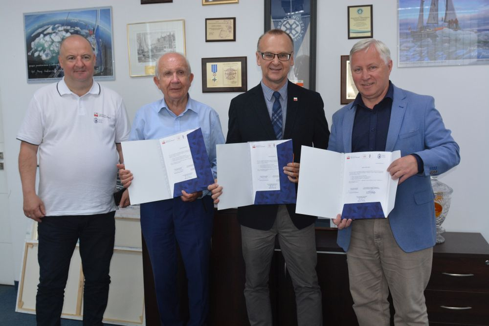 Sygnatariusze porozumienia prezentują podpisane kopie listu intencyjnego.